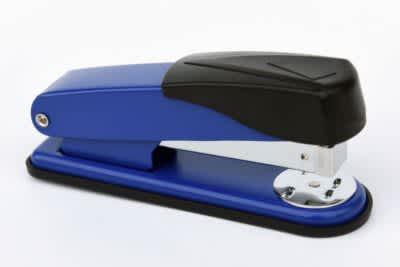 sešívačka celokovová, modrá