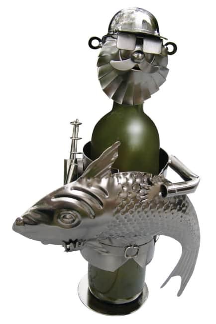 Kovový stojan na víno, motiv rybář s rybou