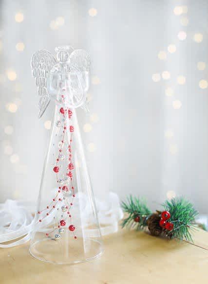 Anděl čirý s červenými skleněnými perlami na čajovou svíčku, výška 25cm