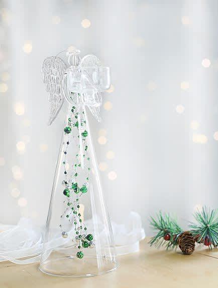 Anděl čirý se zelenými skleněnými perlami na čajovou svíčku, výška 25cm
