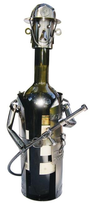 Kovový stojan na víno, motiv hasič