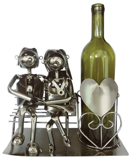 Kovový stojan na víno, motiv milenci na lavičce