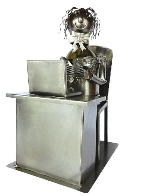 Kovový stojan na víno, motiv sekretářka