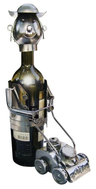 Kovový stojan na víno, motiv zahradník se sekačkou
